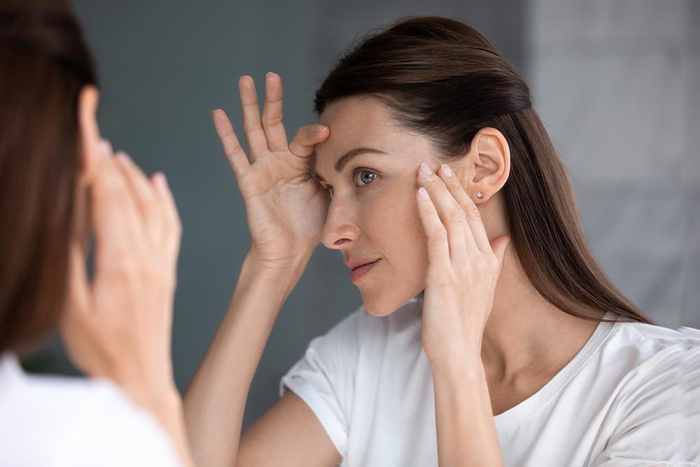 Mujer poniéndose crema antiedad