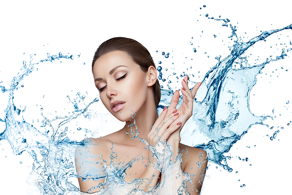 Mujer con agua representando la hidratación de la piel